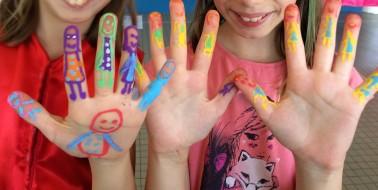 défi : dessiner une famille sur ses mains